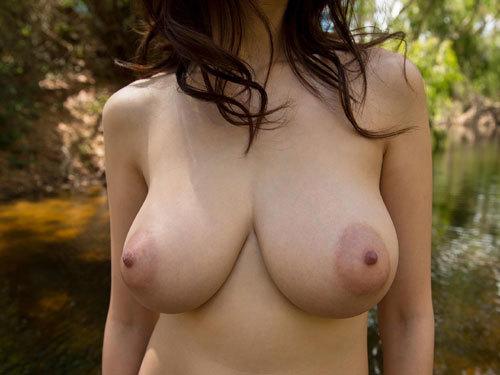 大自然の中で気持ち良さそうに全裸になっておっぱい丸出しで野外露出
