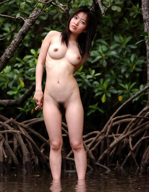 大自然の中おっぱい丸出しで全裸野外露出19