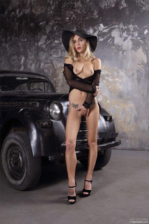 金髪美女とクラシックカーとセレブな帽子と、透けエロ下着wwピンクの勃起乳首もエロエロなゴージャスヌード! # 外人エロ画像