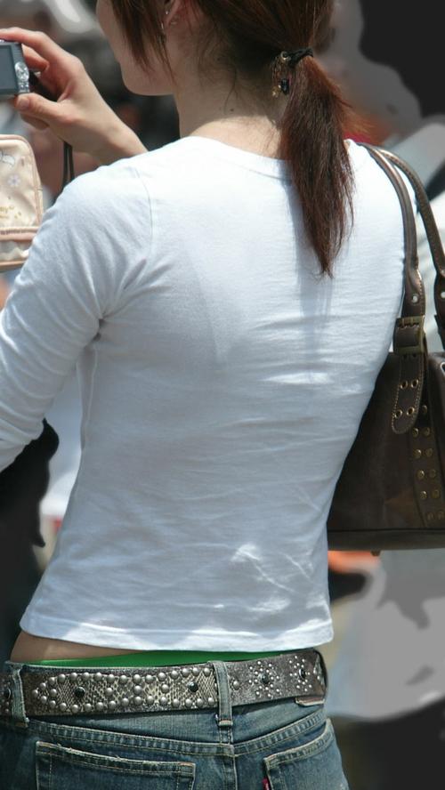 【透けブラエロ画像】完全にブラジャーが透けてる素人女子が最高にエロい街撮りwww