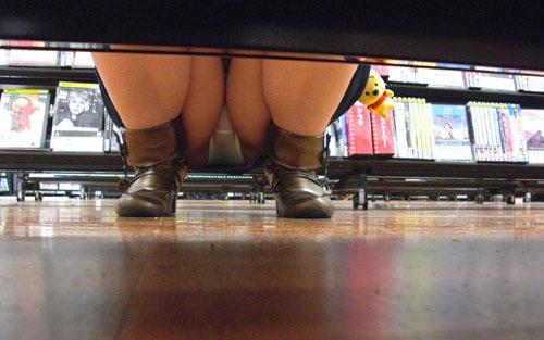 【パンチラエロ画像】店内でしゃがみ込むミニスカ女性を探して反対棚からパンツを盗撮www