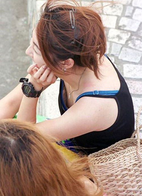 【胸チラエロ画像】素人女性たちの胸元がガバガバで完全に乳首・乳輪までモロ見えwww