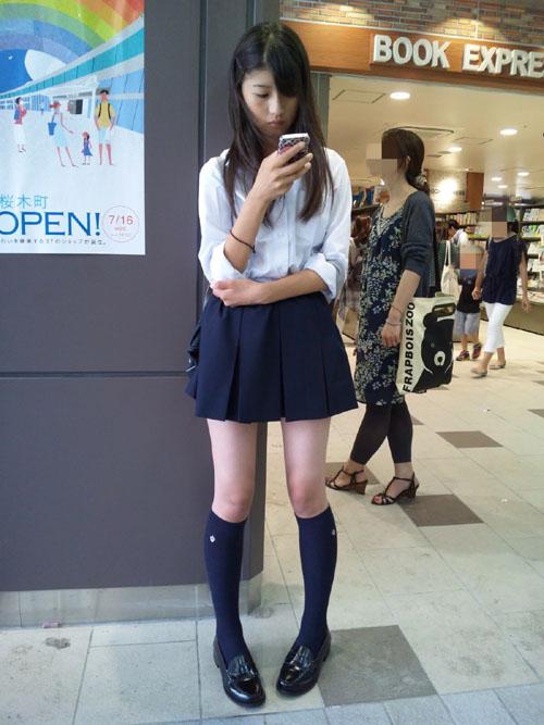【JKエロ画像】露出の多いミニスカ女子校生の細くて綺麗な生脚に目のやり場が困るわwww