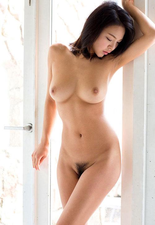 全裸でおっぱいもマン毛も丸出しのお姉さん18