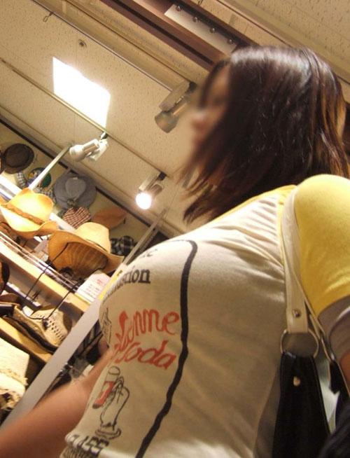 【着衣巨乳エロ画像】両手でワシ掴みにしてみたい素人女性の巨乳を街撮り