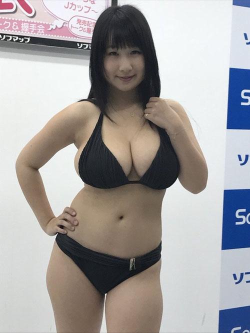 Jカップグラドル桐山瑠衣がソフマップで相変わらずのど迫力爆乳を見せてた件