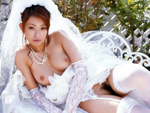 6月の花嫁さんが初夜まで待てずおっぱい丸出しのウエディング姿で誘惑