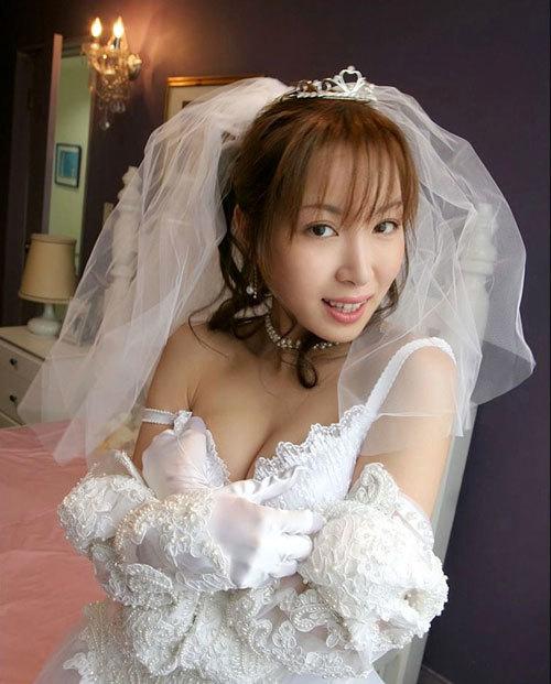 ウエディングドレスでおっぱい丸出しの花嫁3