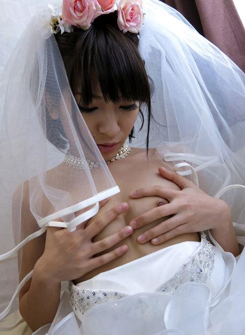 ウエディングドレスでおっぱい丸出しの花嫁9