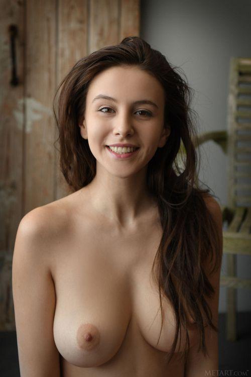 デカいだけじゃなく形も綺麗な奇跡の美爆乳+クビレ…笑顔が最高に可愛い美人モデルのエロボディ、完成度高過ぎww # 外人エロ画像