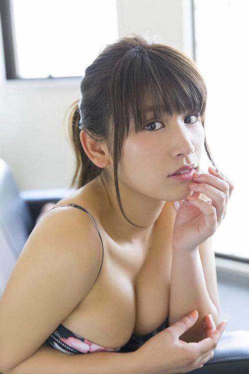 久松郁実のウエディングドレスからこぼれるおっぱい25