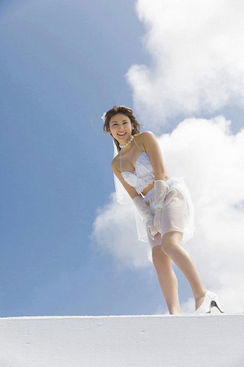 久松郁実のウエディングドレスからこぼれるおっぱい28