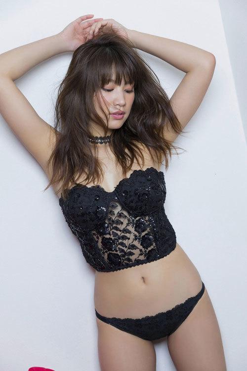 久松郁実のウエディングドレスからこぼれるおっぱい43