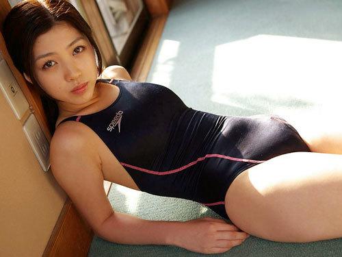 競泳水着がピチピチで押し込んだおっぱいの形や膨らみもハッキリ判っちゃう