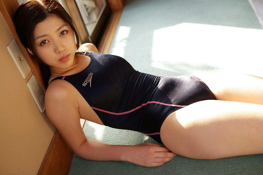 競泳ミズ着がピチピチで押し込んだお乳の形や膨らみもハッキリ判っちゃう