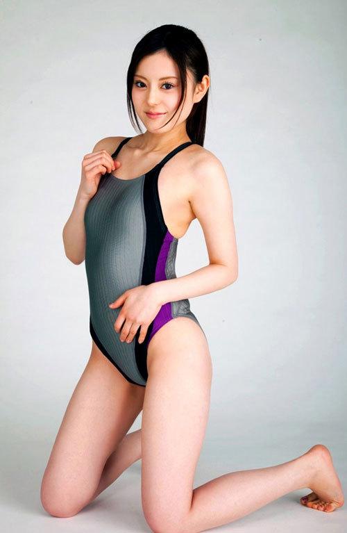 競泳水着のおねえさんのおっぱいがクッキリ19