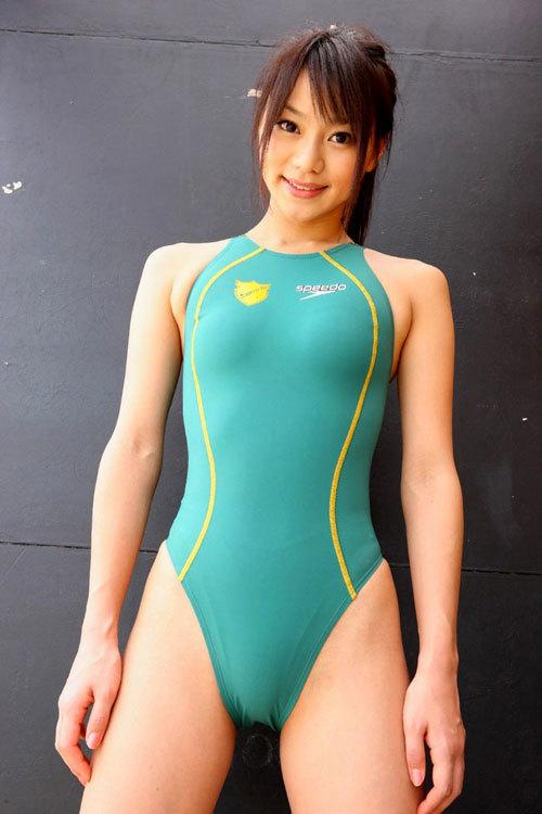 競泳水着のおねえさんのおっぱいがクッキリ23