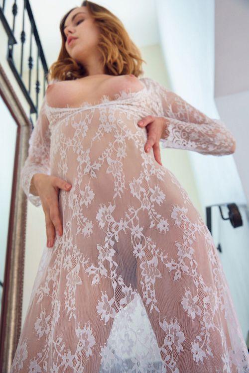 エロい用途しか思いつかない透け透け服着た美女w鏡に映る自分の姿に興奮してしまった結果→全裸でくぱぁwww # 外人エロ画像