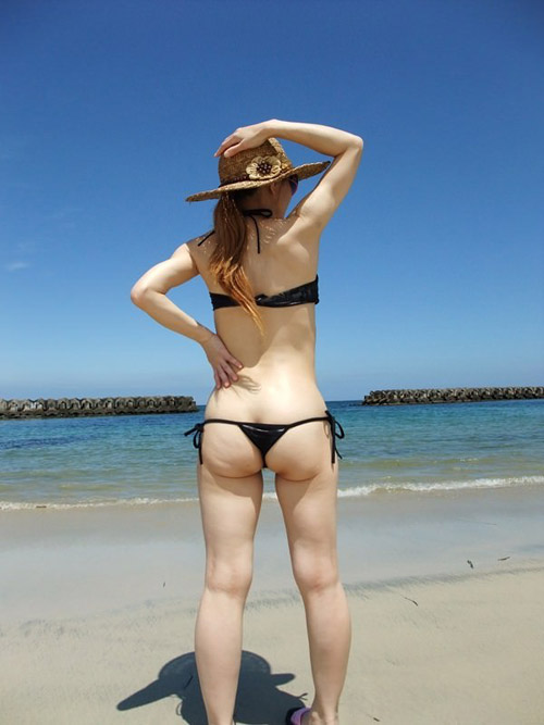 【水着エロ画像】ビーチで素人ギャルの極小ビキニが食い込んでお尻が丸出し状態www