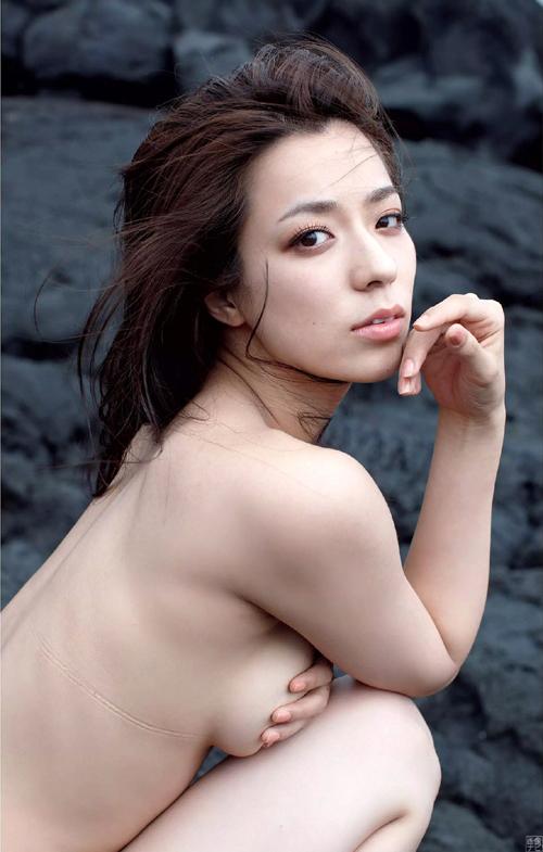 小瀬田麻由 テラハ新メンバーが岩場でセミヌード