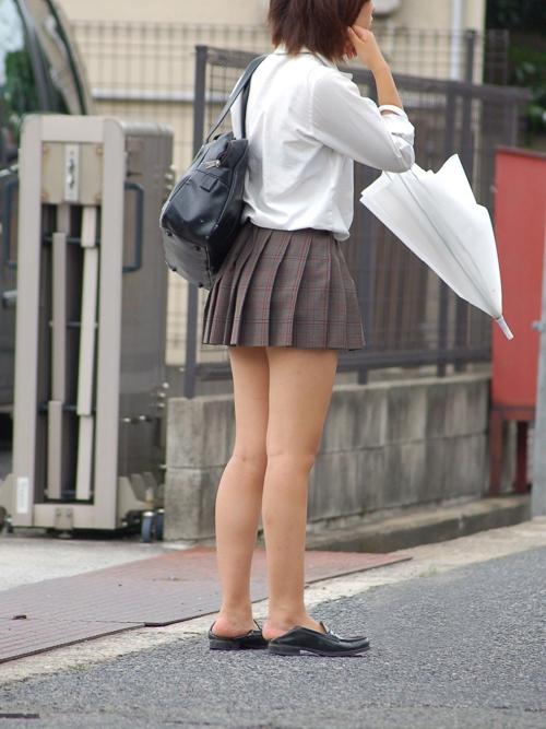 【JK街撮りエロ画像】制服姿の女子校生がスカートから艶めかしい美脚を惜しみなく露出してるwww