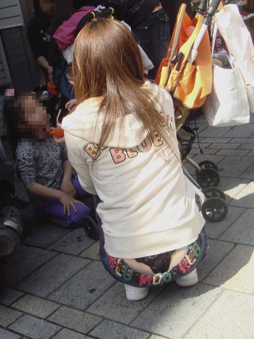 【人妻ローライズエロ画像】美人奥さんの腰から見えるパンツに男は心奪われ見入ってしまうwww