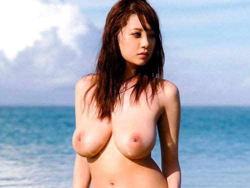 海や砂浜でおっぱい丸出しの女の子に釘付け♪