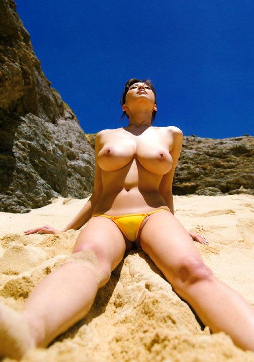 海や砂浜でおっぱい丸出しの女の子に釘付け7
