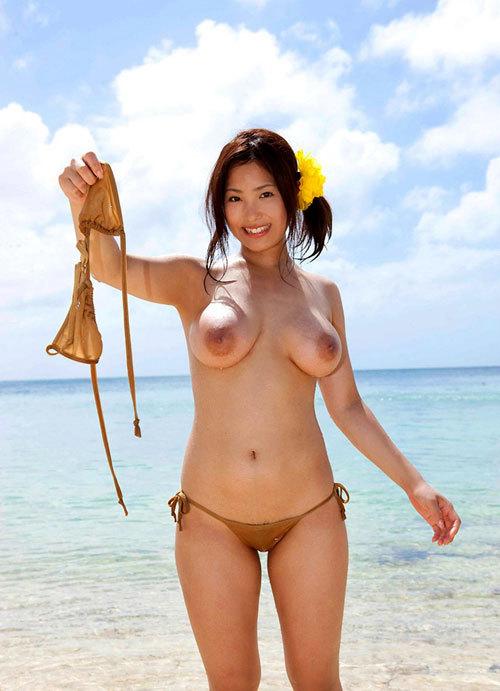 海や砂浜でおっぱい丸出しの女の子に釘付け10