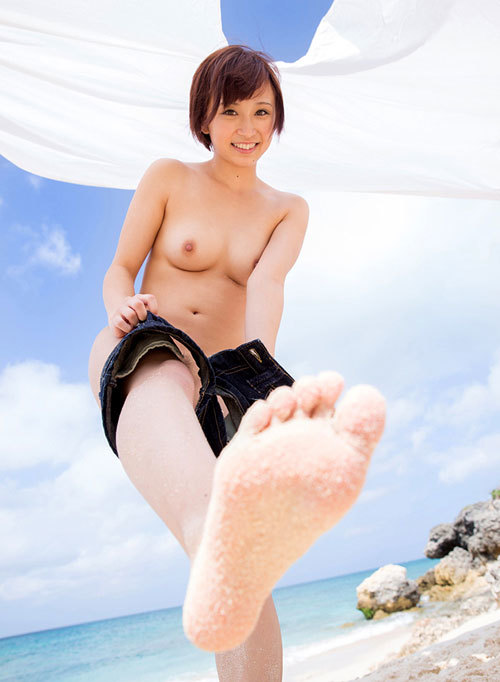 海や砂浜でおっぱい丸出しの女の子に釘付け11