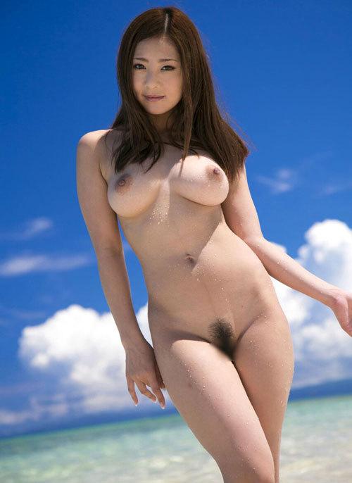 海や砂浜でおっぱい丸出しの女の子に釘付け15