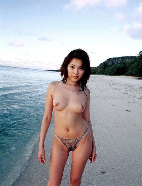 海や砂浜でおっぱい丸出しの女の子に釘付け23