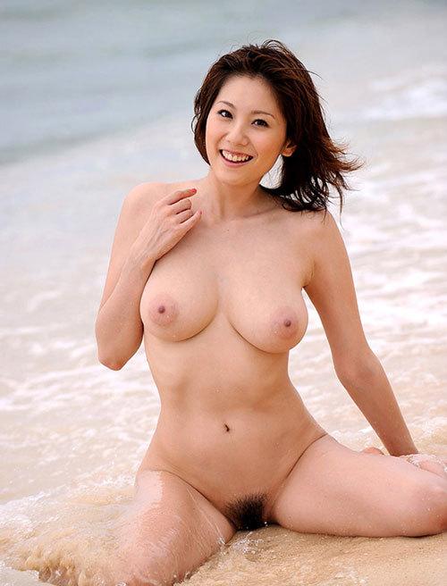 海や砂浜でおっぱい丸出しの女の子に釘付け29