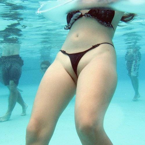 プールに潜って水着女体を覗いたり、盗撮なんかしちゃ駄目だぞ!(即勃起