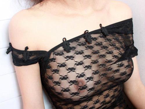 ちゃんと着てるのにおっぱいが透け透け過ぎて乳首や乳輪が丸見えになってる