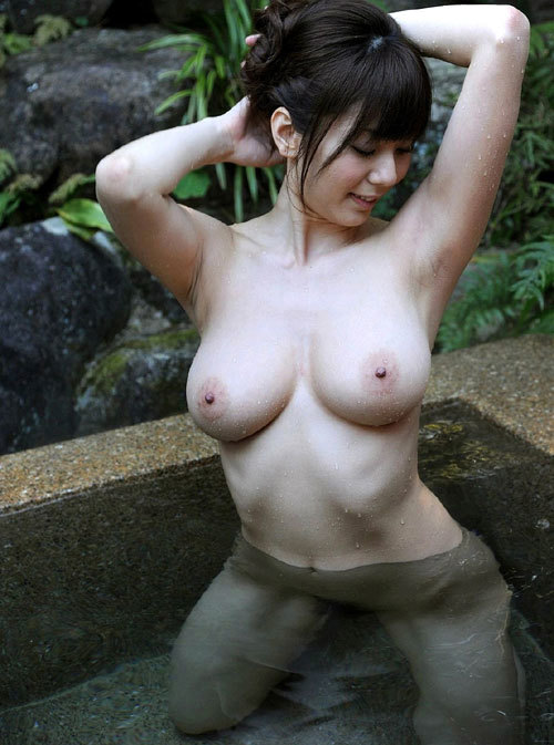 混浴露天風呂でおねえさんのおっぱいと入浴4