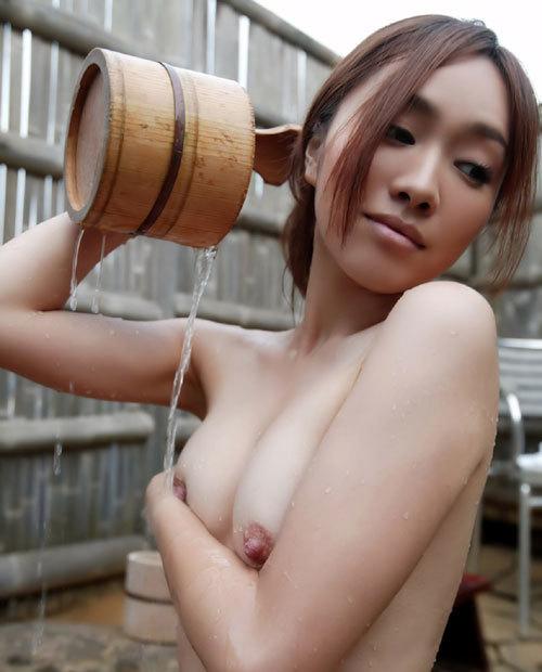 混浴露天風呂でおねえさんのおっぱいと入浴9