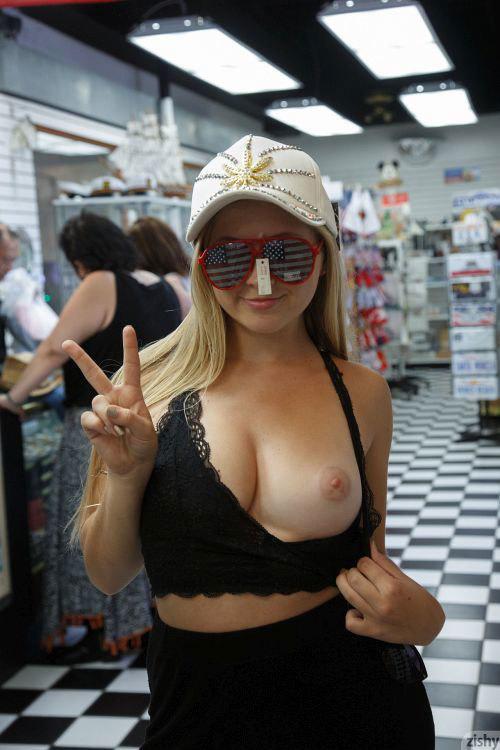 ロスのフィッシャーマンズビレッジ。観光客に紛れて露出を繰り返すムチムチ金髪娘wwTバックのデカ尻、エッロwww # 外人エロ画像