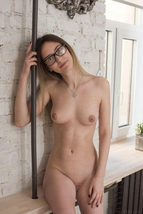 ベラルーシのメガネ地味子、実はモデル体型の超美形!ぷっくり乳輪の美乳もえっちな19歳の美少女ヌードww # 外人エロ画像