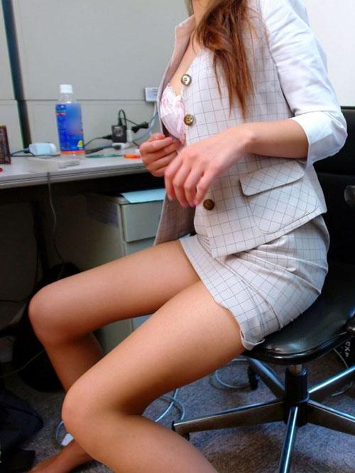 【OL美脚エロ画像】ストッキングを履いた働く美人お姉さんのフェロモンに興奮するwww