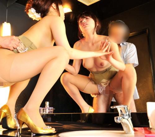 キャバ嬢を口説き落としてトイレでセックスをする強者がコチラwwwwwwwwwwwww