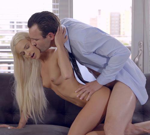 「仕事なんかやめて、セ○クスしよ?」下着姿で誘われて、華奢な彼女のキツマンに巨根で激ピストンwww【外人エロ動画と画像】