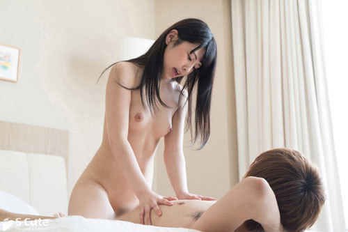 Shiori 優しげな眼差しと控えめな笑顔の彼女の性感帯は首と背中とこれまた控え目