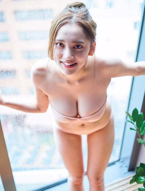 都丸紗也華が上半身裸!可愛く大胆な過激グラビア。