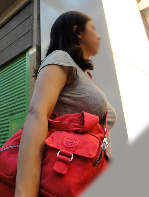 【着衣巨乳エロ画像】街中で思わず目線が素人女性たちのオッパイにいってしまうwww