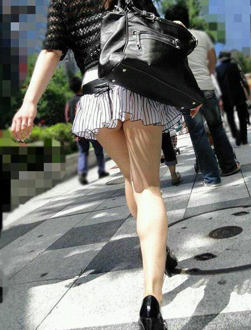 【街撮りミニスカエロ画像】自慢の綺麗な生脚をむき出しに歩くお姉さんに男性はエロ目線で釘付けwww