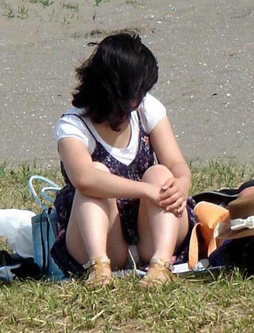 【熟女パンチラエロ画像】完全に無防備な人妻達の加齢臭が漂ってきそうなパンツを隠し撮りwww
