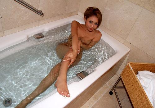お風呂で湯船に浮かんだおっぱいを揉みまたい12