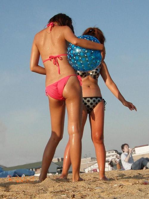 【ビーチ盗撮エロ画像】セクシーな素人水着ギャルだけを狙って撮影…おっぱいポロリなどを期待するwww
