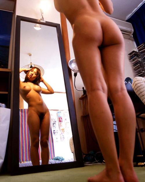 鏡に巨乳が映る鏡越しおっぱいのエロ画像